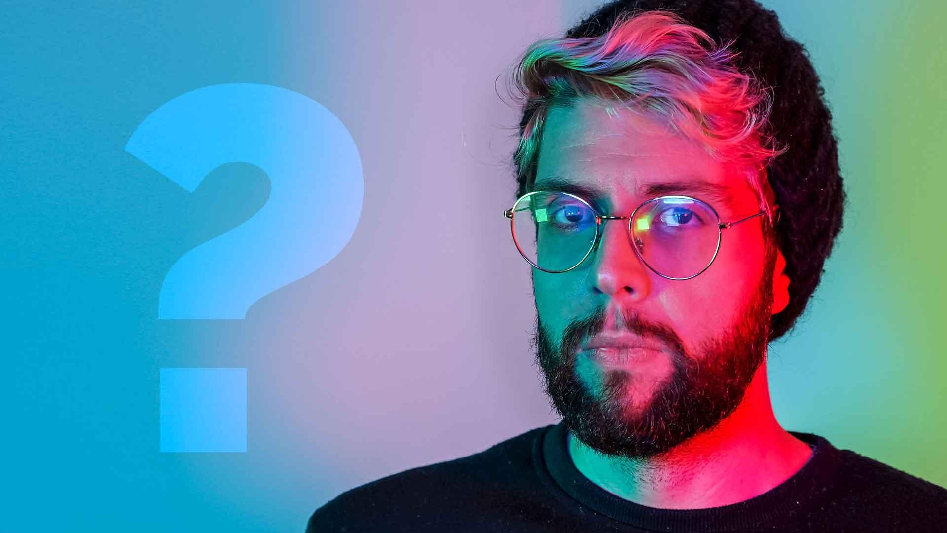 freelancer z brodą w kolorowym świetle