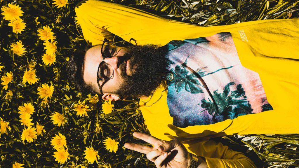 freelancer odpoczywa w trawie