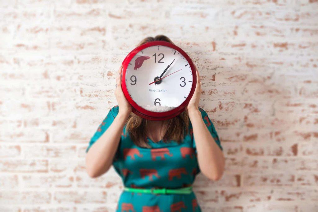 kobieta trzymjąca zegar codzienne rytuały