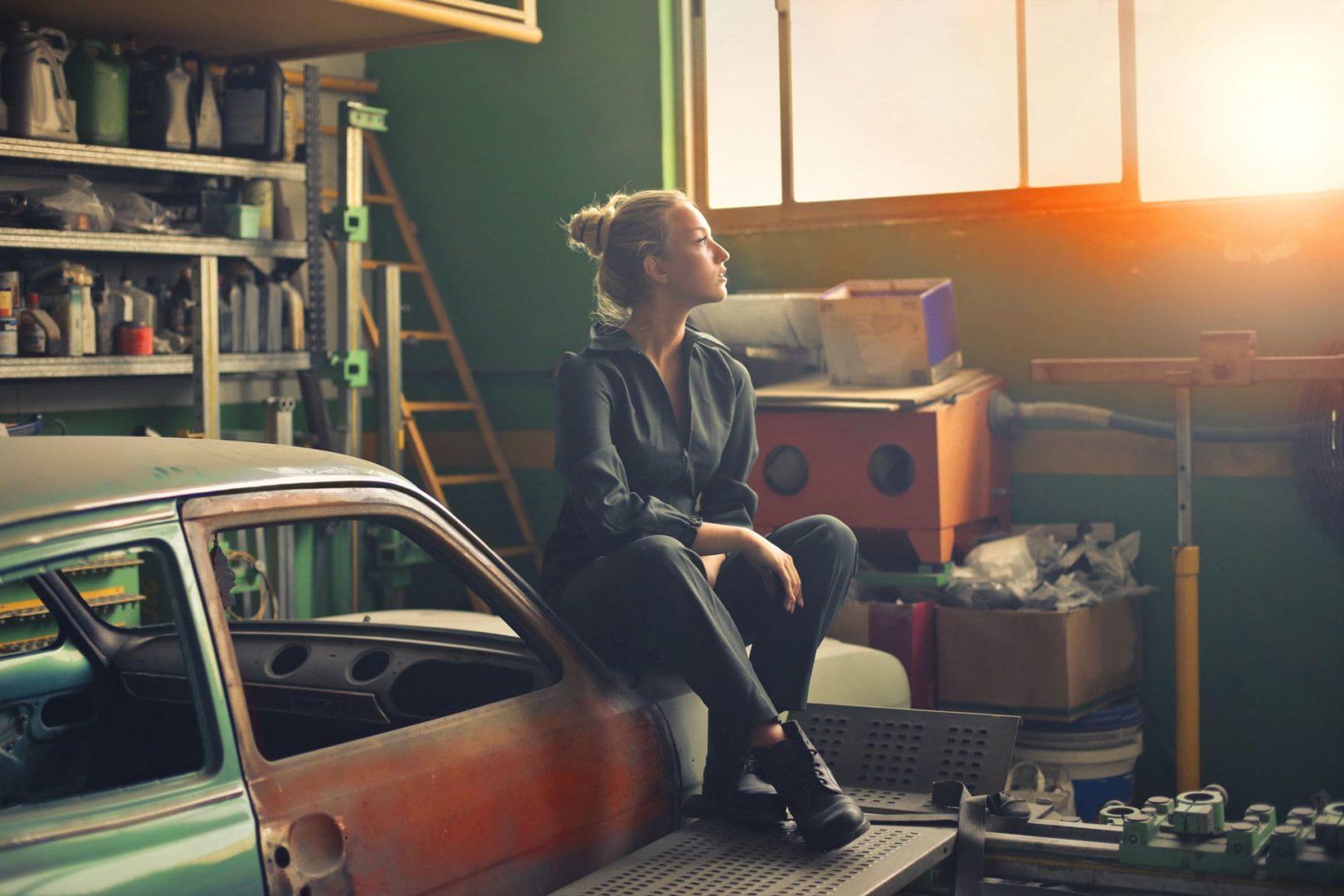 kobieta jest sobą i siedzi w garażu