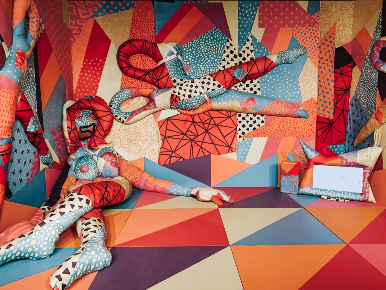 Kolorowa instalacja przedstawiająca manekina-nożyczki.
