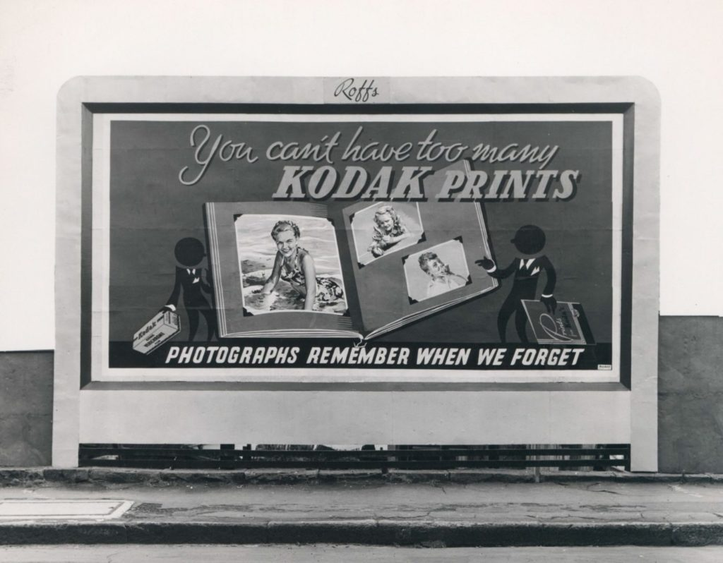 Stara, czarno-biała reklama marki Kodak. Zawarte na niej teksty można nazwać copywriting.