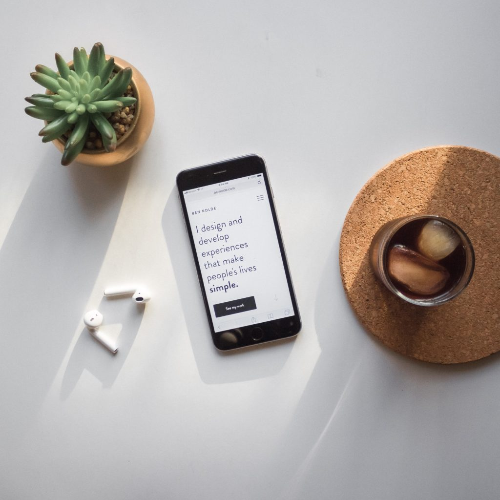 """Na ekranie smartfona widnieje informacja po angielsku ze strony internetowej Bena Kolde: """"I design and develop experiences that make people's lives simple""""."""