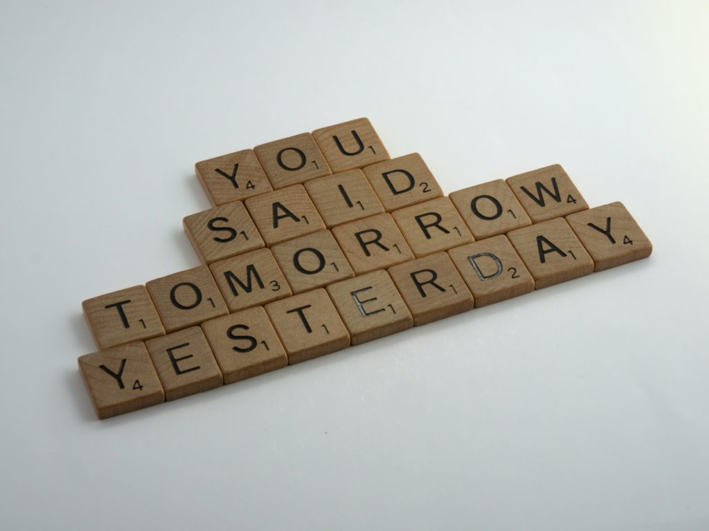 "Kostki do gry w Scrabble ułożone w napis ""you said tomorrow yesterday""."
